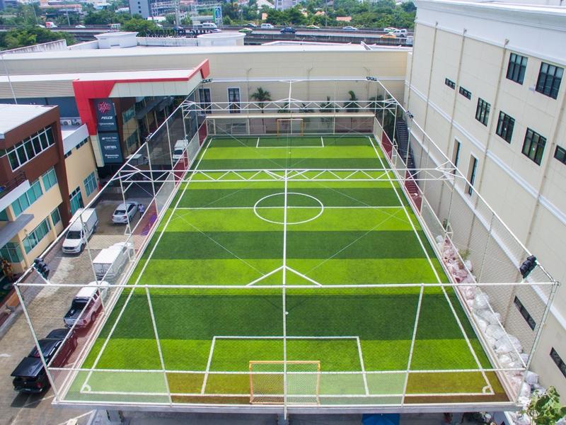สนามฟุตบอลหญ้าเทียม บนดาดฟ้า บริษัท ติยะ มาสเตอร์