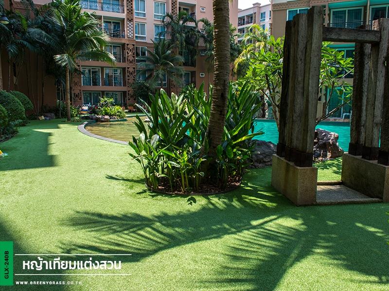 จัดสวนหญ้าเทียมรอบสระน้ำ Atlantis Condo
