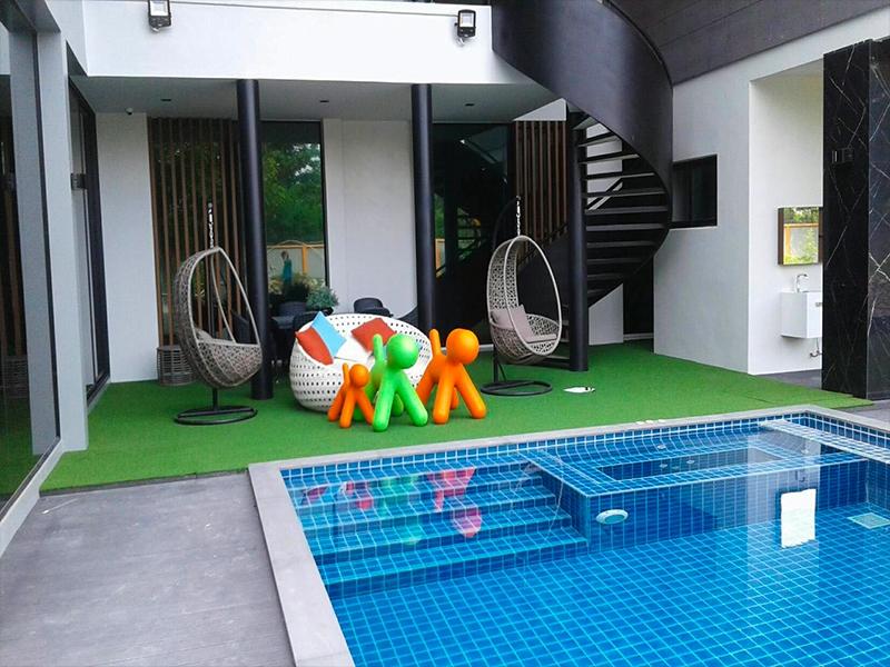 ปูหญ้าเทียมรอบสระและสนามเด็กเล่น ที่บ้านพัก