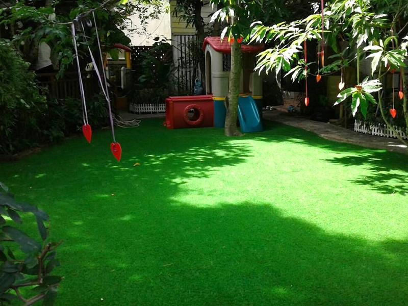 สนามเด็กเล่นหญ้าเทียม บ้านรักเนอสเซอรี่สคูล