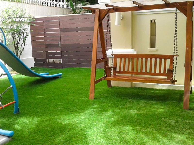 สนามเด็กเล่นหญ้าเทียม ในสวนหลังบ้าน ซ.ทองหล่อ13