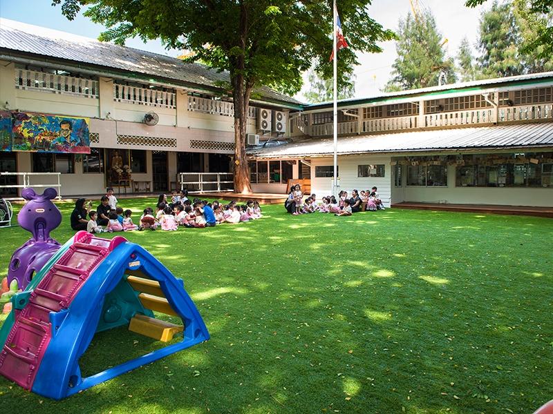 สนามเด็กเล่นหญ้าเทียม โรงเรียนอนุบาลมณีรัตน์