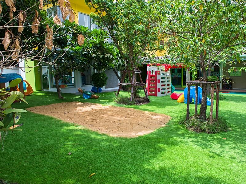 สนามเด็กเล่นหญ้าเทียม โรงเรียนอาคาเซีย เอกมัย