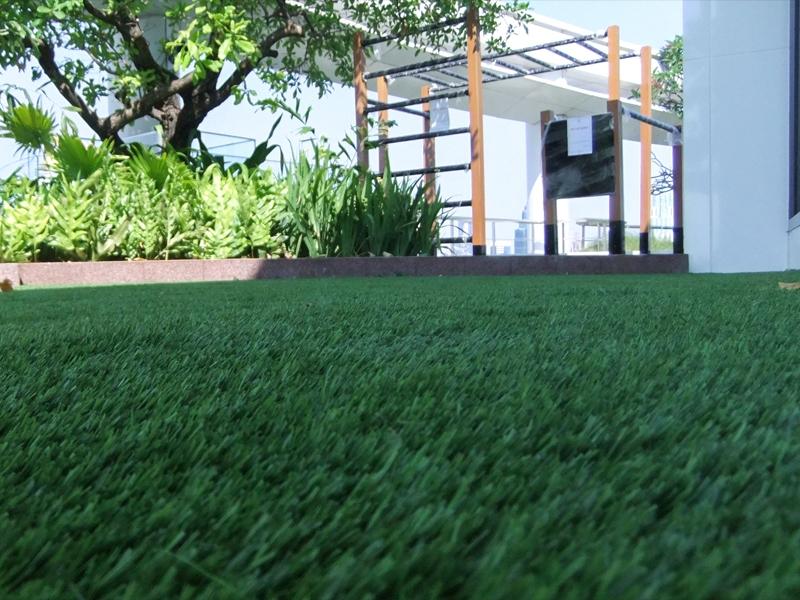 จัดสวนหญ้าเทียมบน โรงแรม Centara Grand