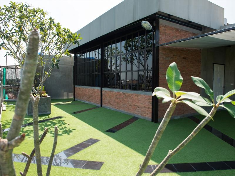 จัดสวนด้วยหญ้าเทียมบนดาดฟ้า บริษัท Encon