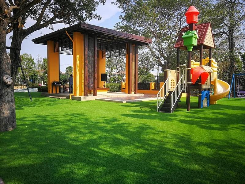 สนามเด็กเล่นหญ้าเทียม หมู่บ้านชัยพฤกษ์