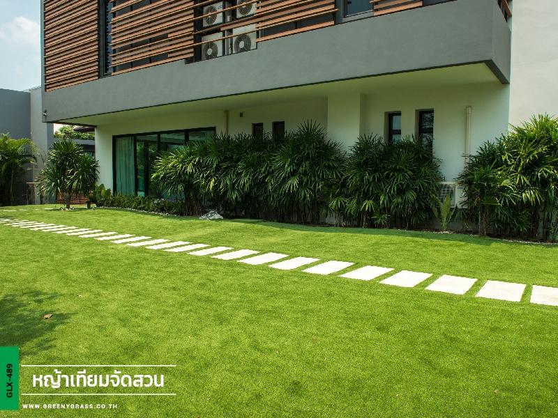 จัดสวนหญ้าเทียมรอบตัวบ้าน บริษัท เพลินสุข