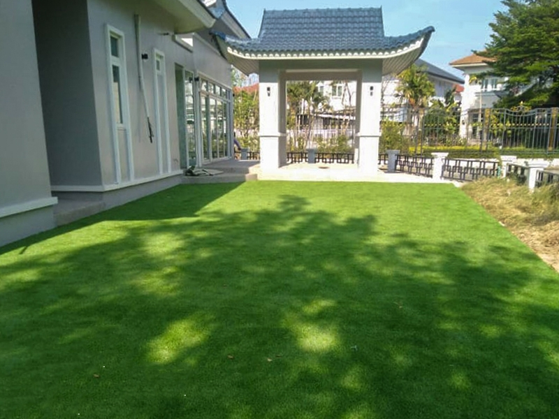 จัดสวนหญ้าเทียมรอบบ้านริมน้ำ เดอะแกรนด์