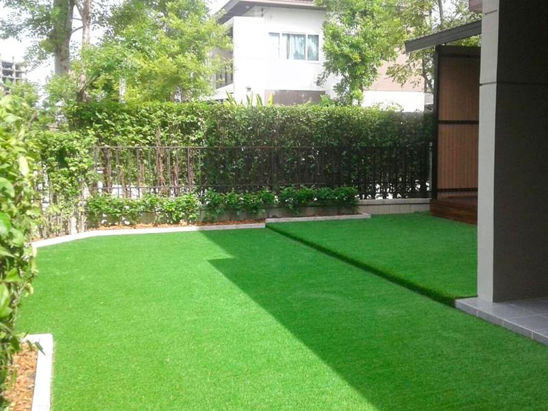 สวนหญ้าเทียมรอบบ้าน The city สุขสวัสดิ์