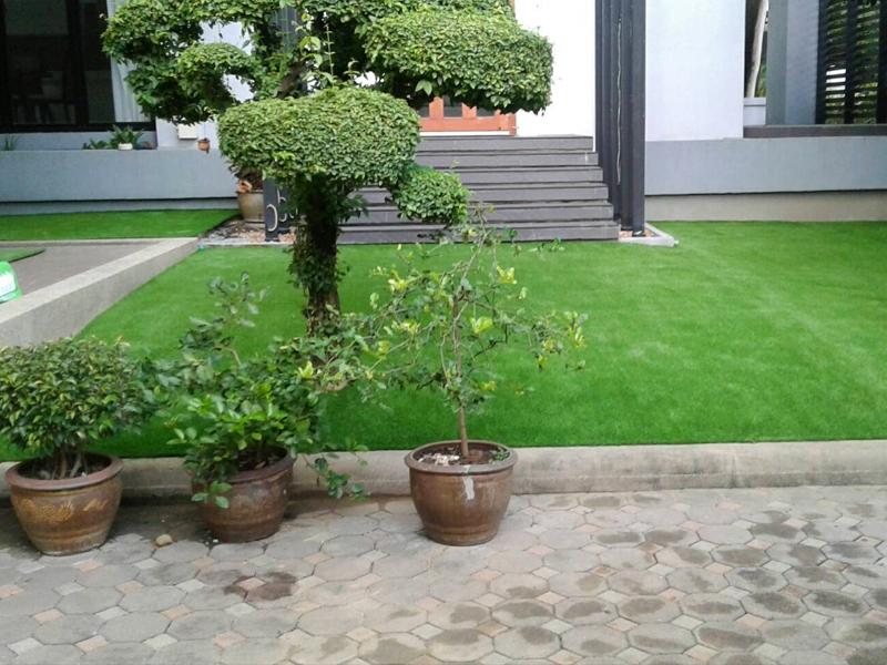 จัดสวนหญ้าเทียม หน้าบ้าน หมู่บ้านปัญญา