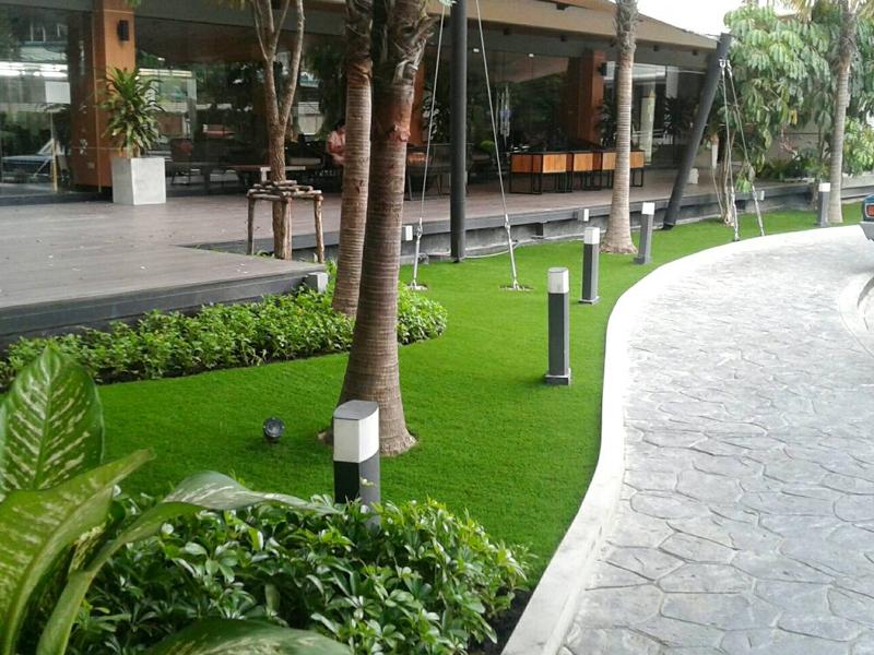 จัดสวนหญ้าเทียม หน้าอาคารรับรอง กรมทางหลวง