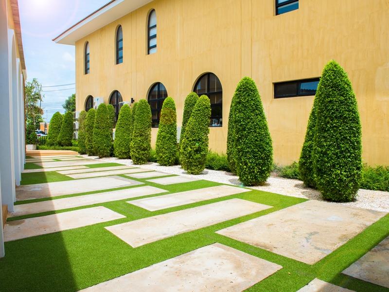 หญ้าเทียมแต่งทางเดินและระเบียง โรงเรียนนานาชาตินอริช