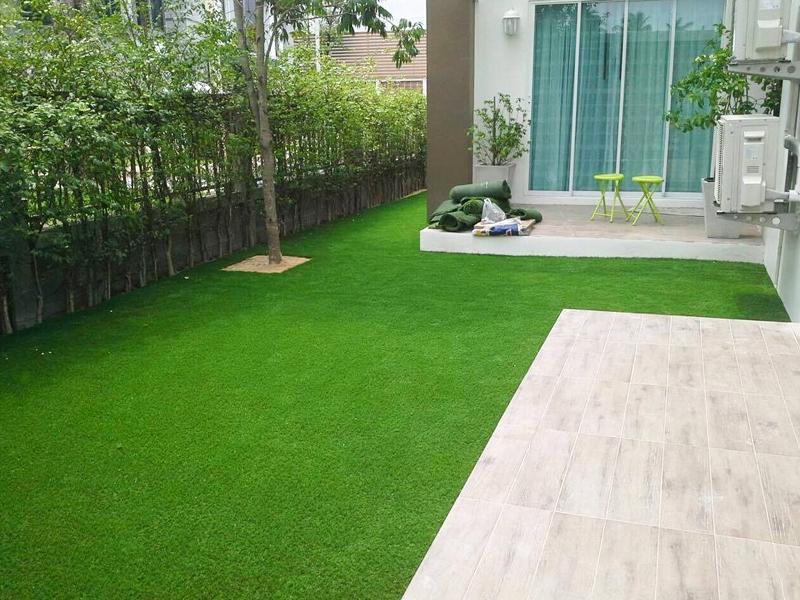 จัดสวนหญ้าเทียมรอบบ้าน หมู่บ้านซีรีน