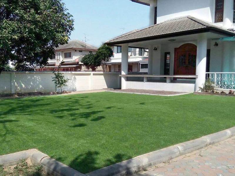 ปูหญ้าเทียมหน้าบ้าน หมู่บ้านศุภวรรณ