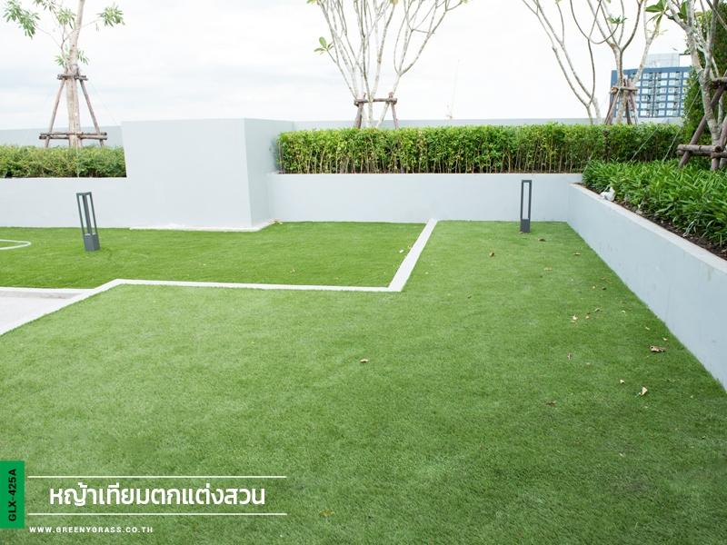 จัดสวนหญ้าเทียม THE BASE Park East Sukhumvit 77