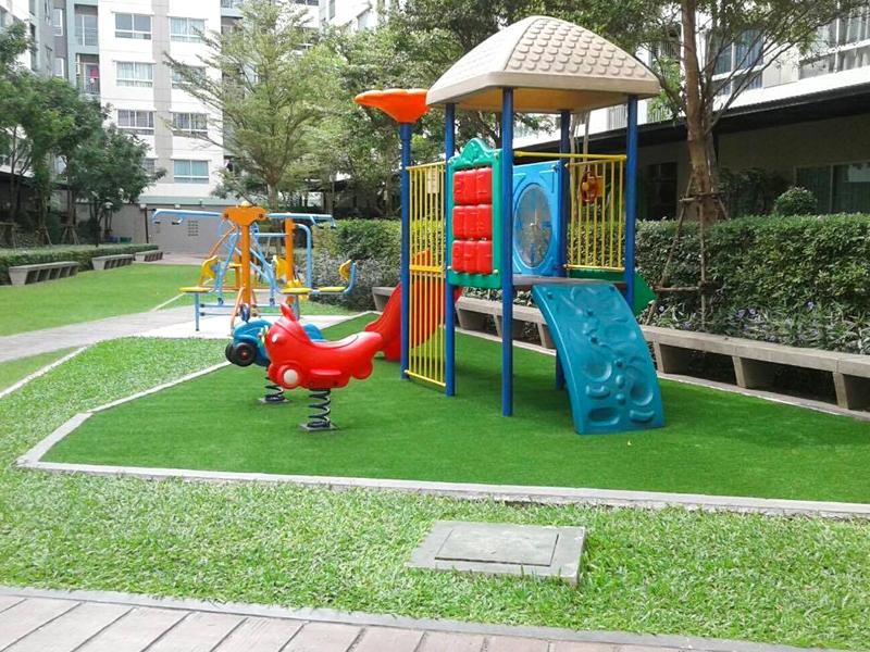 จัดสวนสนามเด็กเล่นด้วยหญ้าเทียม ลุมพินีวิลล์