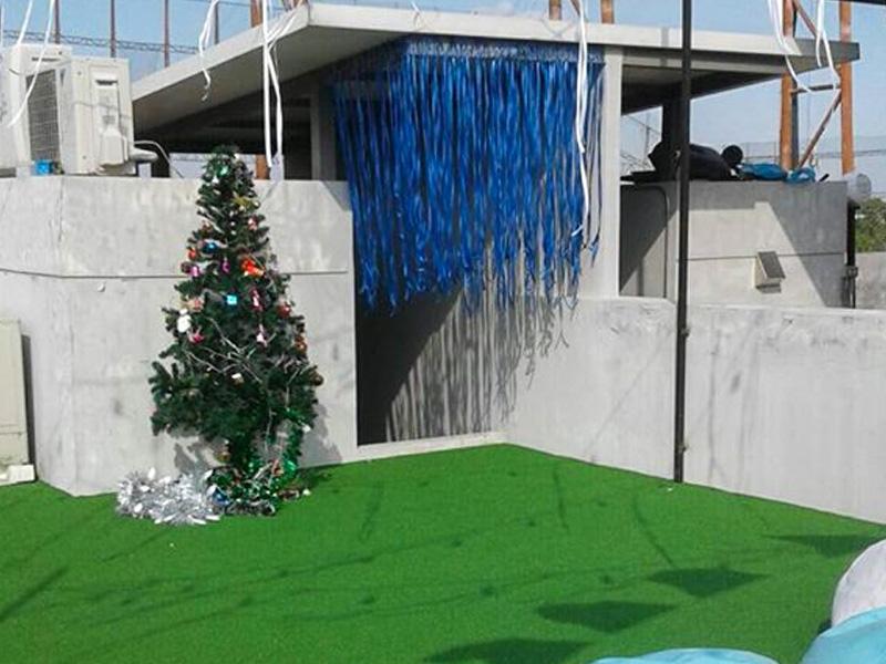 ปูพรมหญ้าเทียม บนดาดฟ้าบริษัทโมจิโต้