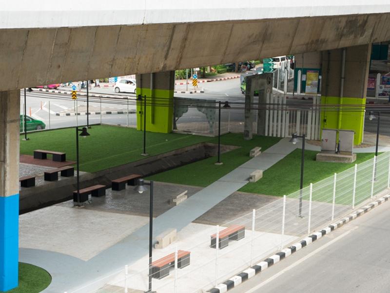 สวนสาธารณะหญ้าเทียม ใต้ทางยกระดับถนนราชพฤกษ์ตัดถนนวุฒากาศ