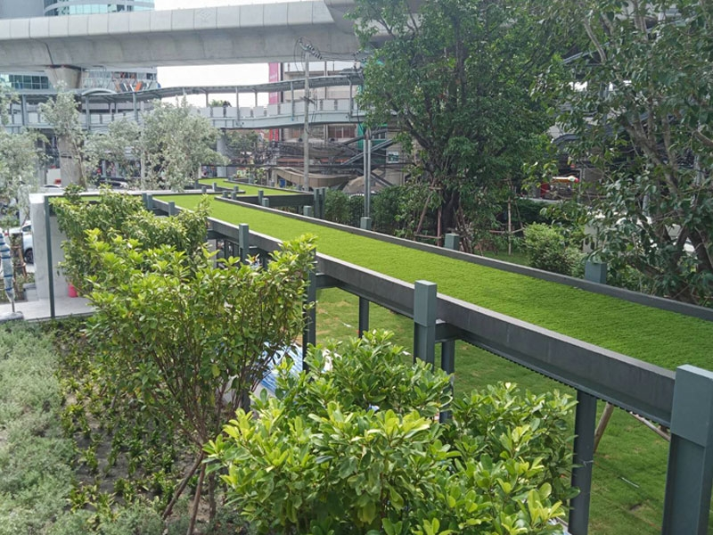 หญ้าเทียมบนหลังคาทางเดิน โครงการ Mazarine รัชโยธิน