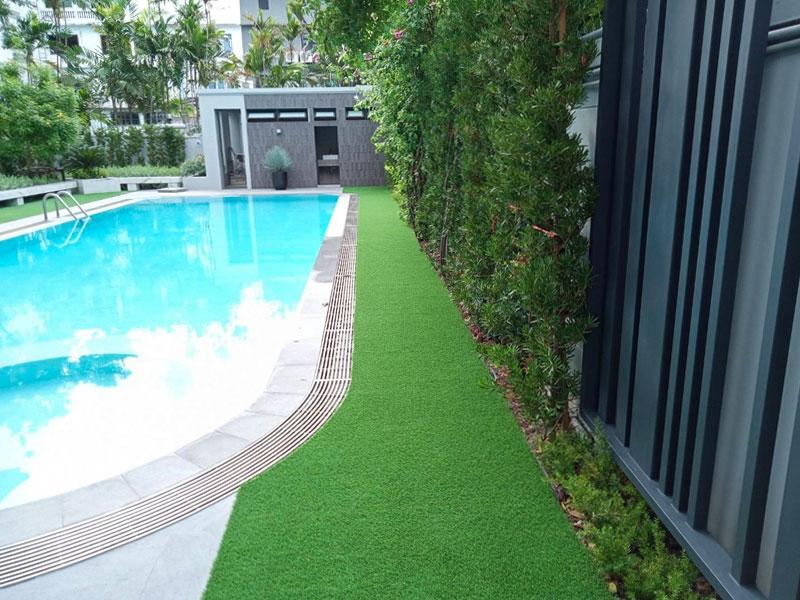 สนามหญ้าเทียมริมสระว่ายน้ำ บ้านพักส่วนตัวย่านซอยเอี่ยมอนุสรณ์