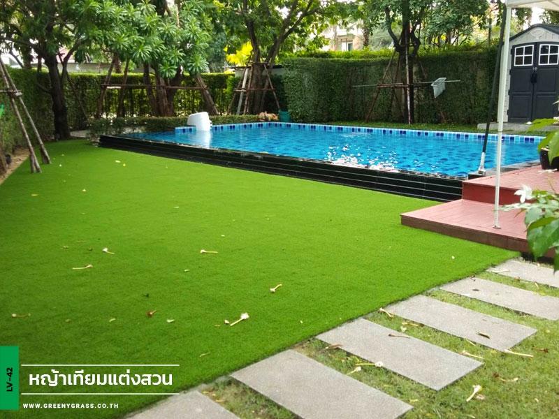 ติดตั้งหญ้าเทียมรอบสระว่ายน้ำ หมู่บ้านคิวเฮ้าส์ อเวนิว