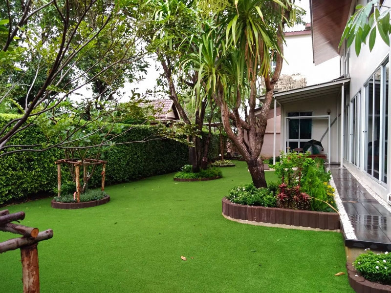 แต่งสวนด้วยหญ้าเทียม บ้านพักซอยเรวดี 29 จังหวัดนนทบุรี