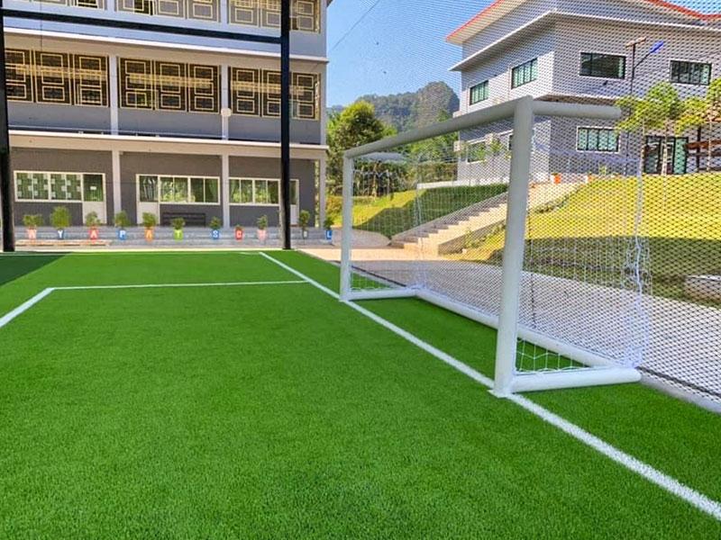 สนามฟุตบอลหญ้าเทียม โรงเรียนคูเวตพิทยพัฒน์ จังหวัดกระบี่