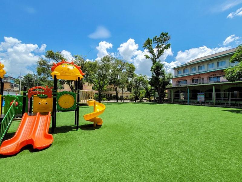 สนามเด็กเล่นหญ้าเทียม โรงเรียนมานะศึกษา จ.ยะลา