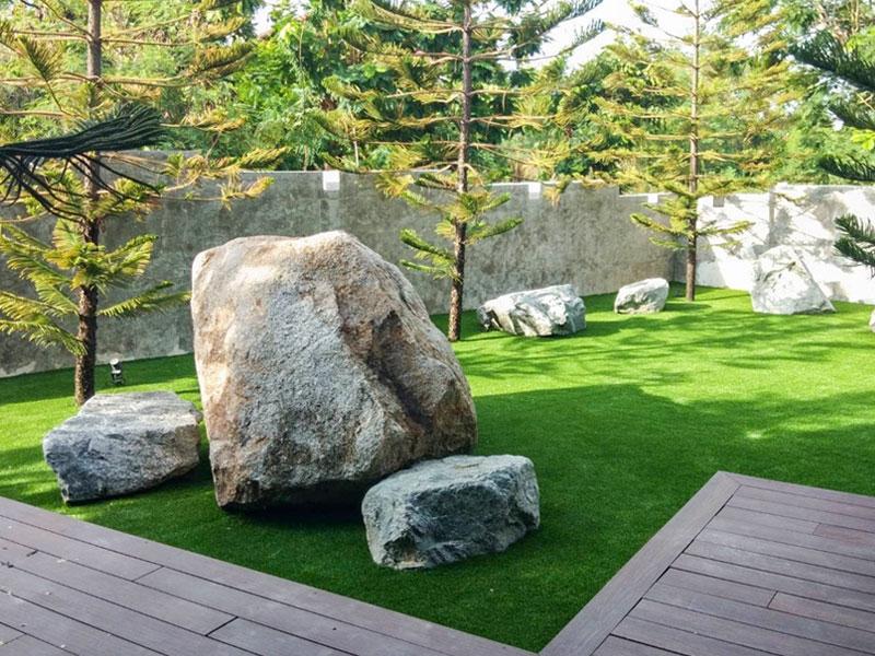 ตกแต่งหญ้าเทียมในสวนหิน หมู่บ้านวิจิตรธานี จ.ฉะเชิงเทรา