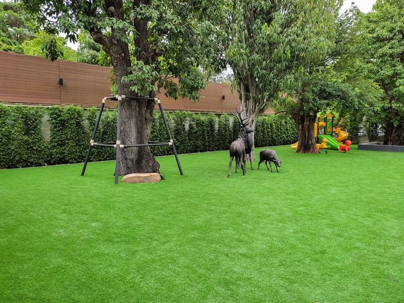 สัมผัสธรรมชาติในสวนหญ้าเทียม ณ บ้านพักส่วนตัว