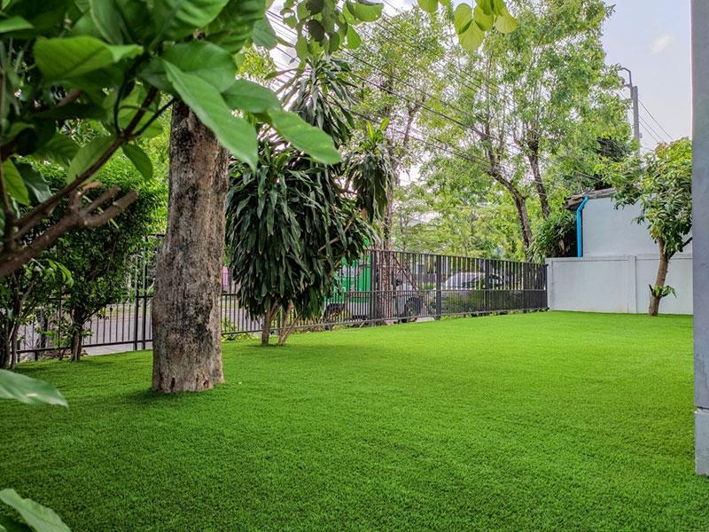 เปลี่ยนพื้นที่ว่างให้เป็นสวนหญ้าเทียม หมู่บ้านชัยพฤกษ์